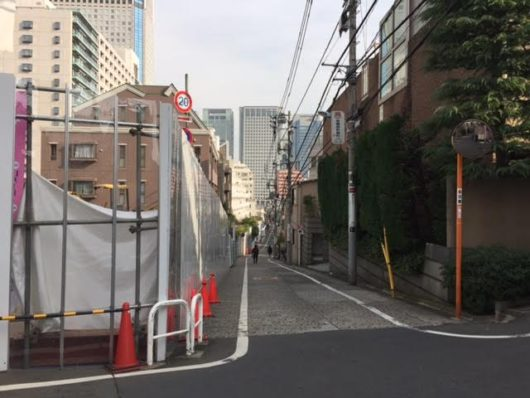品川駅へ下る道。左側がマンション敷地。